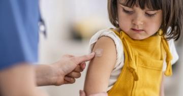 Bambina appena vaccinata