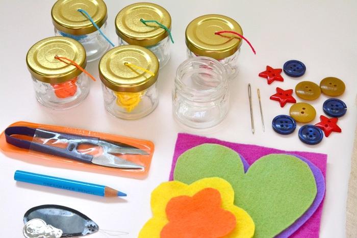 Oggetti per imparare a usare ago e filo con il metodo montessori