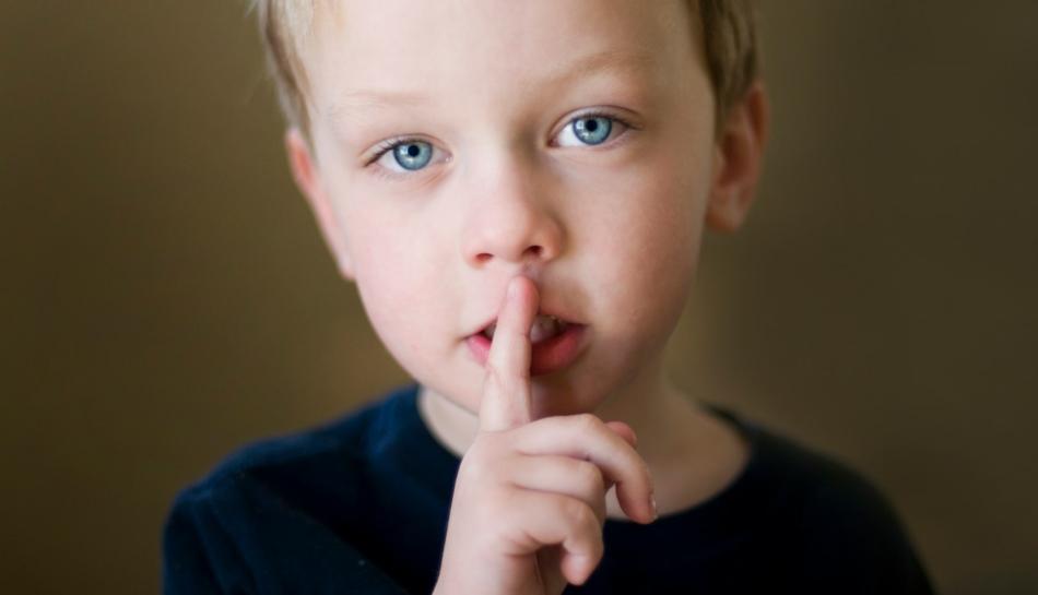 Bambino che fa segno di fare silenzio