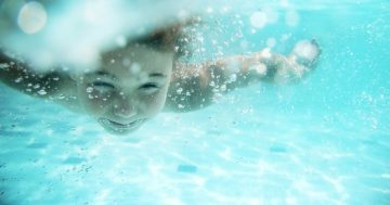 Bambino che nuota sott'acqua
