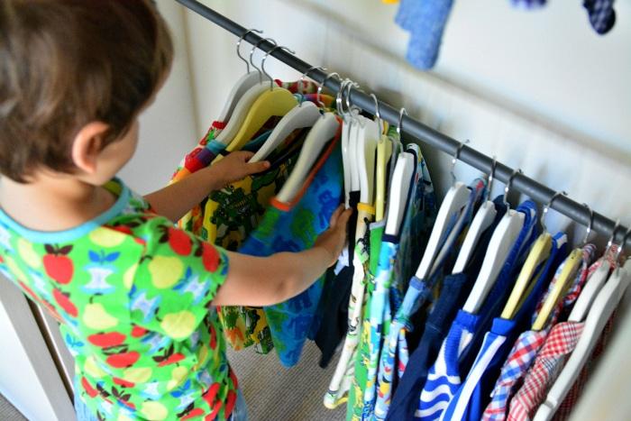 Bambino sceglie i vestiti in autonomia