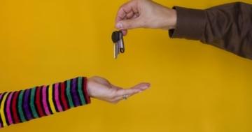 Genitore che consegna le chiavi di casa all'adolescenza della figlia