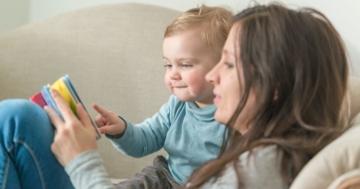 Mamma legge un libro al suo bambino