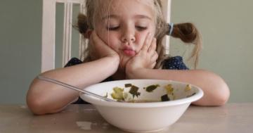 Bambina che si rifiuta di mangiare la verdura