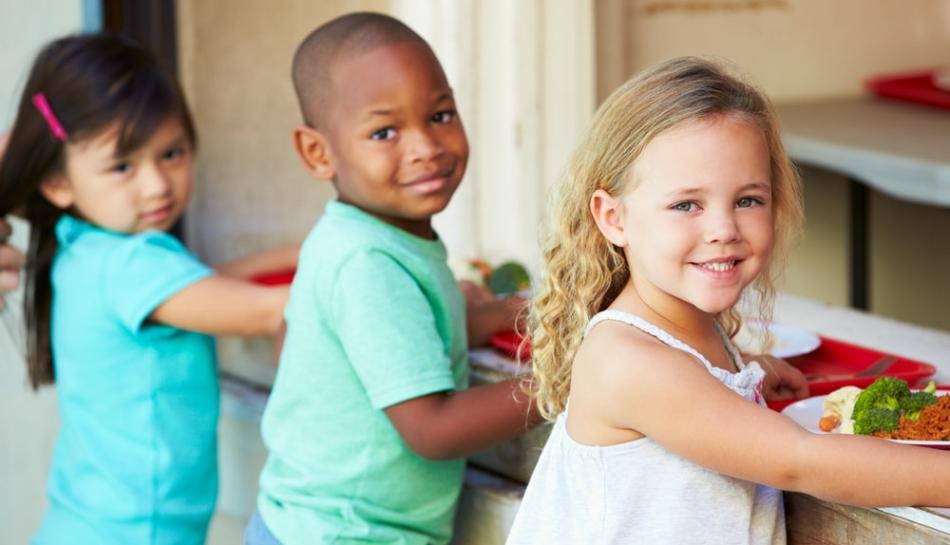 Bambini in fila alla mensa scolastica