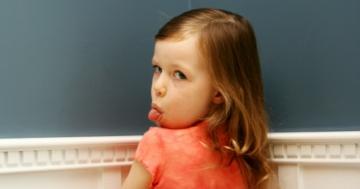 Bambina fa la linguaccia