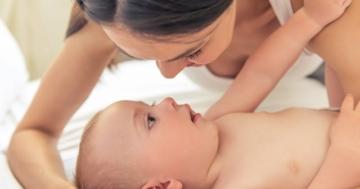 Mamma che parla al bambino per favorire lo sviluppo del linguaggio