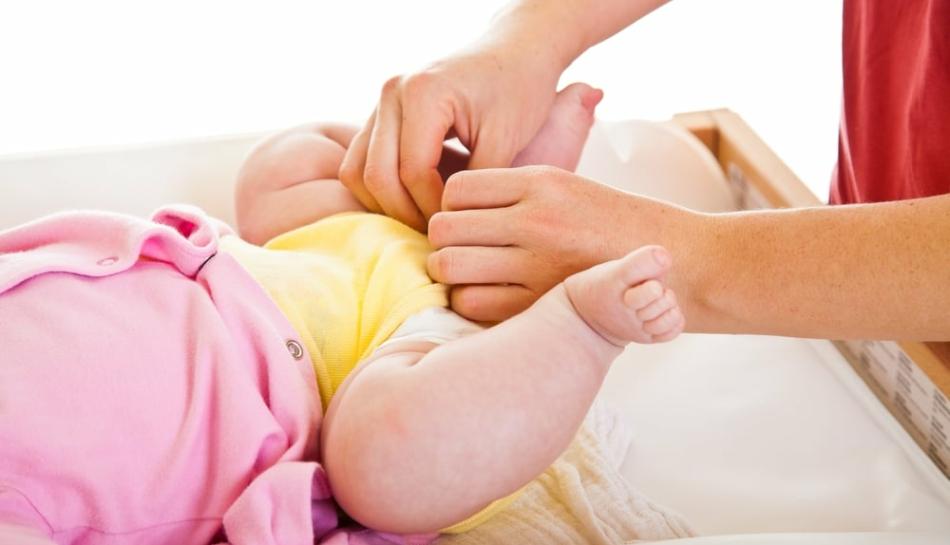 Mamma che cambia il proprio bambino