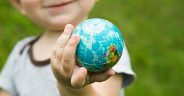Bambino che tiene in mano una pallina all'asilo nido