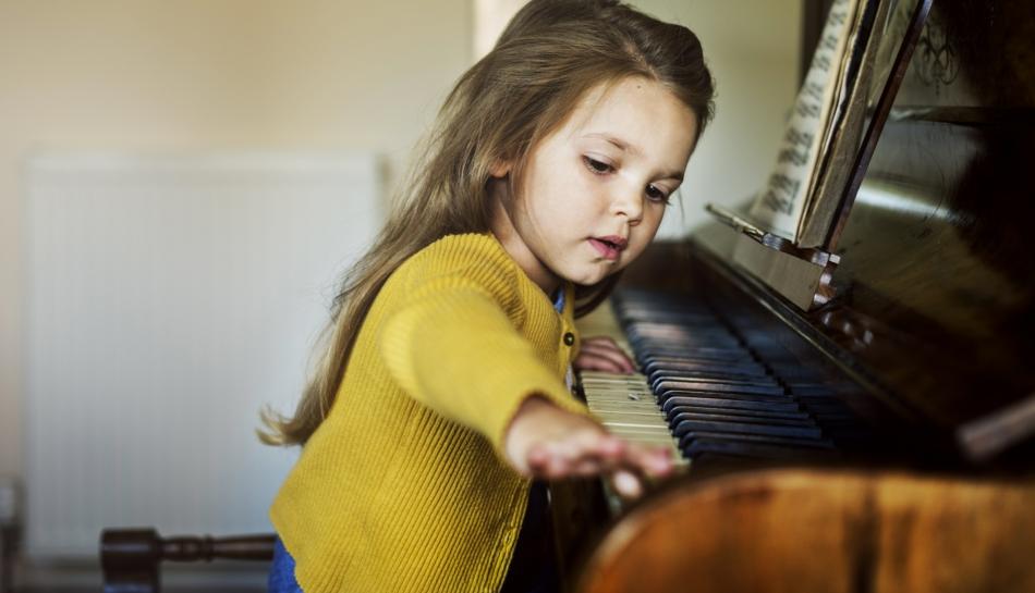 Bambina che ha scelto di suonare il pianoforte