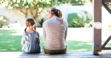 Mamma e figlia di schiena