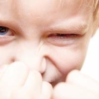 Primo piano di bambino in atteggiamento aggressivo