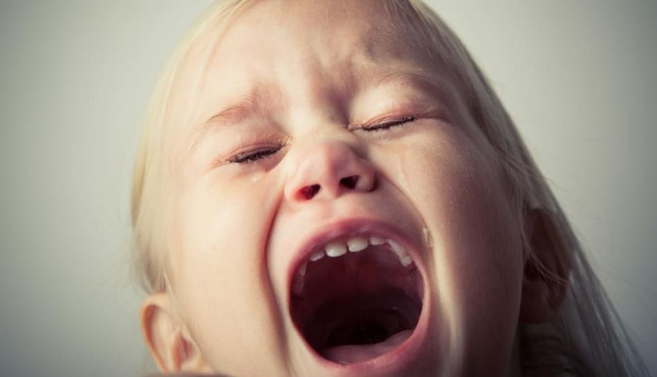 Bambino che reagisce urlando a un divieto