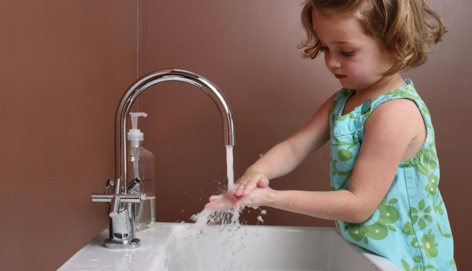 Bambina si lava le mani
