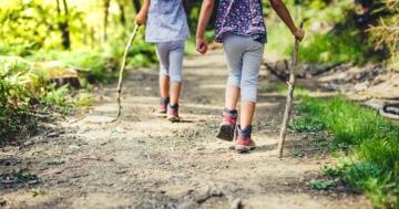 Bambini passeggiano in montagna