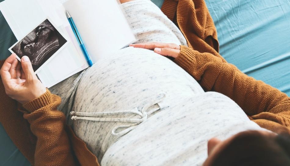 Primo piano della pancia di una donna in gravidanza