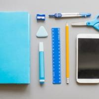 Materiale scolastico e smartphone