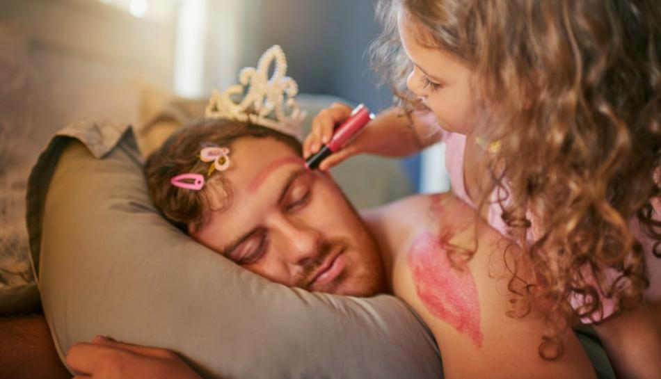 bambina gioca con suo padre