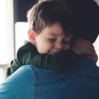 Bambino abbraccia il papà