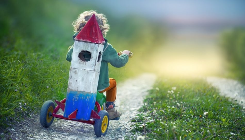 Bambino sul triciclo