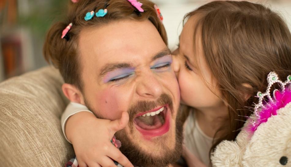 Papà che gioca insieme con la figlia