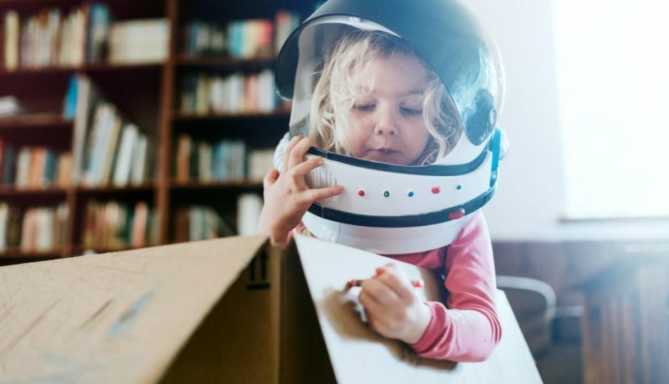 Bambina che gioca a far finta di essere un'astronauta