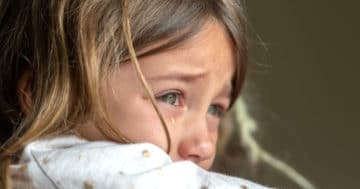 Bambina piange dopo aver subito uno schiaffo