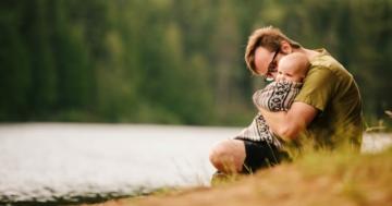 Bambino in braccio al padre