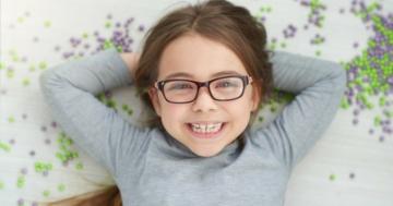 Bambina che indossa gli occhiali per problemi di vista