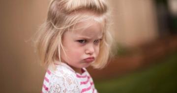 "Bambina imbronciata durante i ""terribili"" due anni"