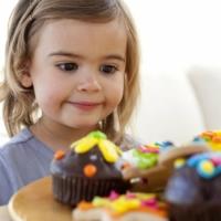 bambina mangia merendine