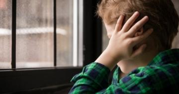 Bambino affetto da autismo chiuso in sé stesso