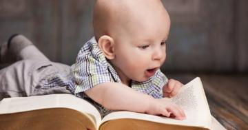 Bambino che sfoglia un dizionario