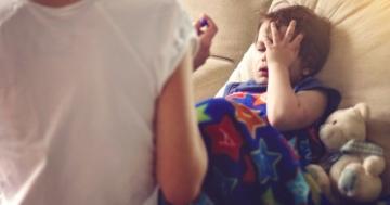 Bambino con febbre e sonnolenza, tra i sintomi della meningite