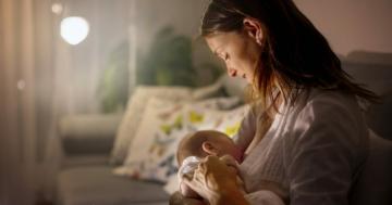 Donna durante l'allattamento del suo bambino
