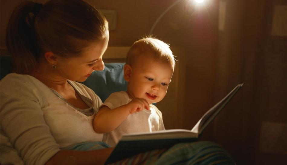 Mamma con bambino che legge un libro per imparare a parlare