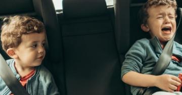 Bambini che si ribellano alle norme di sicurezza in macchina