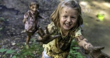 Bambine che corrono senza rischi in mezzo al fango