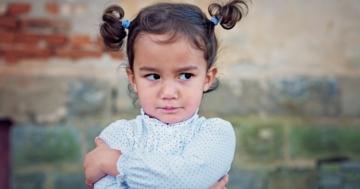 Bambina imbronciata perché ha ricevuto un no