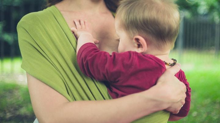 Babywearing e allattamento tra mamma e bambino