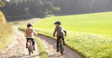 Due bambini che vanno da soli in bicicletta