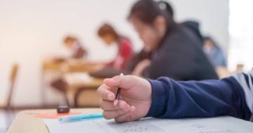 Braccio di uno studente che sta svolgendo le prove INVALSI