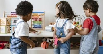 Bambini che utilizzano giochi educativi