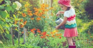 Bambina che annaffia in autonomia delle piante