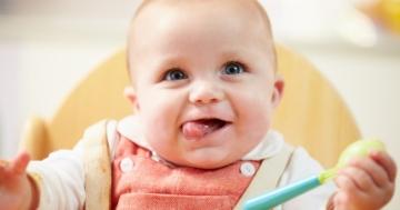 Bambino sorride in attesa della pappa