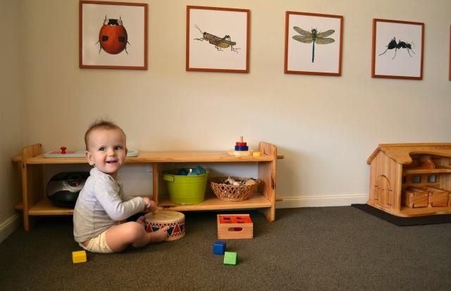 Bambino mette in ordine i suoi giochi
