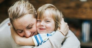 Mamma e bambino che si fanno le coccole con un abbraccio