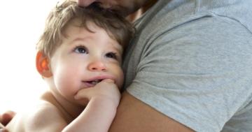 Padre abbraccia suo figlio