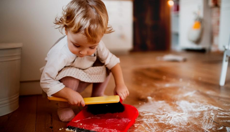 Bambino aiuta a mettere in ordine la casa