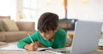 bambino che fa lezione a distanza davanti al computer